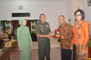 Danrem 081 Kolonel Czi M. Reza Utama beserta Istri  memberikan Cindera mata pada Dandim (lama) Lelkol Inf Soelistyo Bawono  (4)